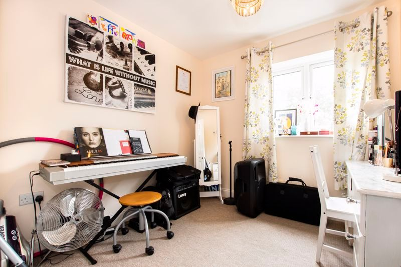 2 bed flat to rent in Eye Road 6