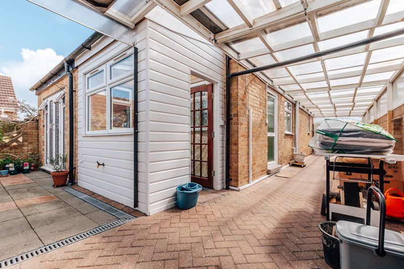 3 bed house for sale in Rayner Avenue 16