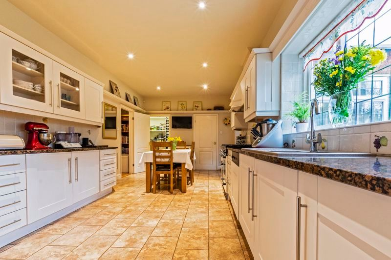 5 bed house for sale in Manor View  - Property Image 4