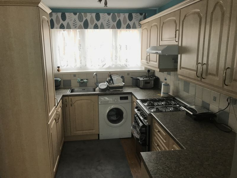 4 bed house to rent in Brewerne 7