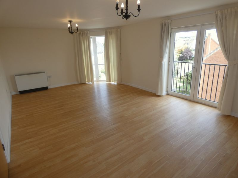 2 bed flat to rent in Warren Court  - Property Image 2