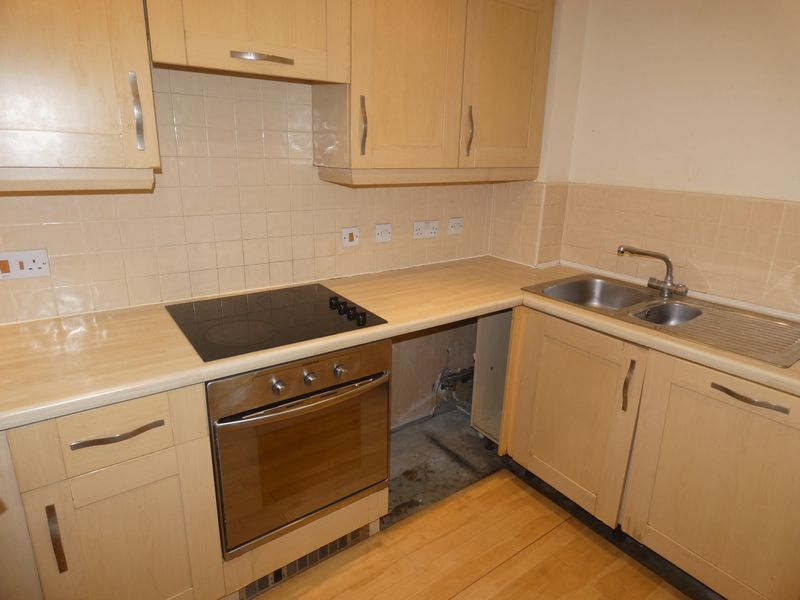 2 bed flat to rent in Warren Court  - Property Image 5
