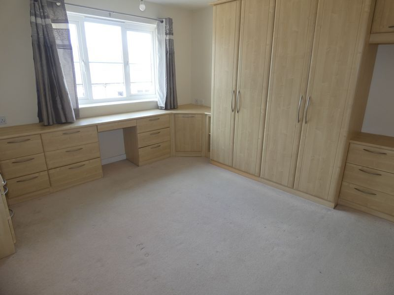 2 bed flat to rent in Warren Court  - Property Image 6