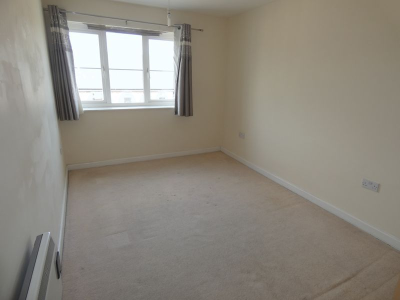 2 bed flat to rent in Warren Court  - Property Image 8
