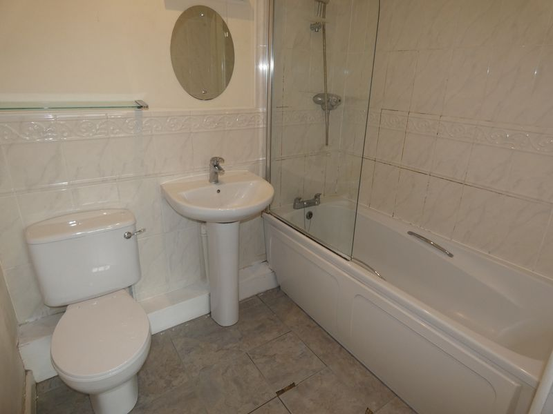 2 bed flat to rent in Warren Court  - Property Image 9