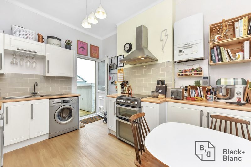 2 bed flat to rent in Arundel Road 3