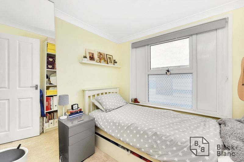 2 bed flat to rent in Arundel Road 5