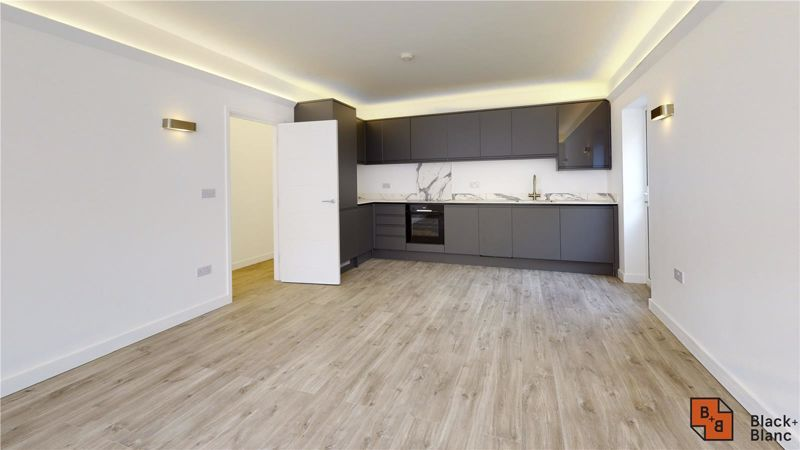 2 bed flat for sale in Godstone Road 1
