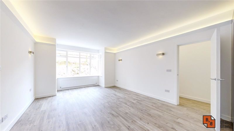 2 bed flat for sale in Godstone Road 2