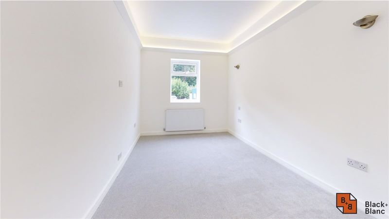 2 bed flat for sale in Godstone Road 6
