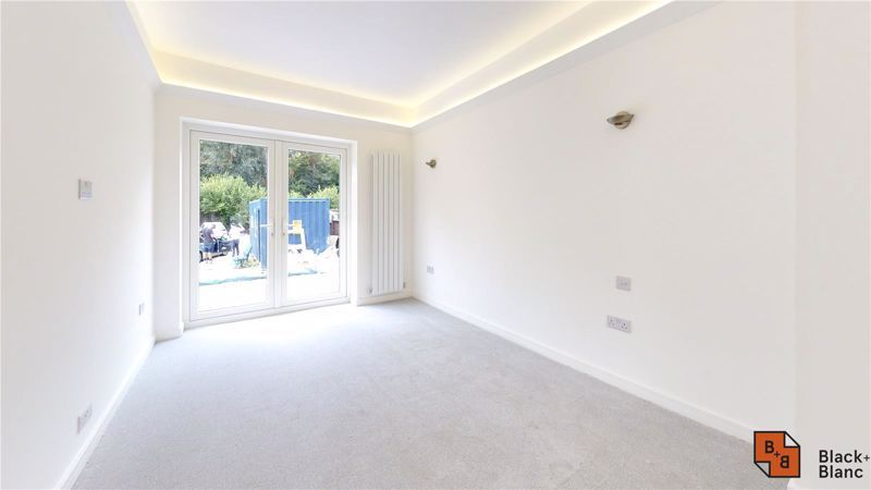 2 bed flat for sale in Godstone Road 7