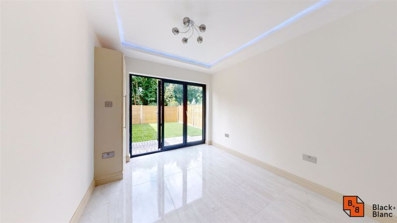 2 bed flat for sale in Northampton Road  - Property Image 3