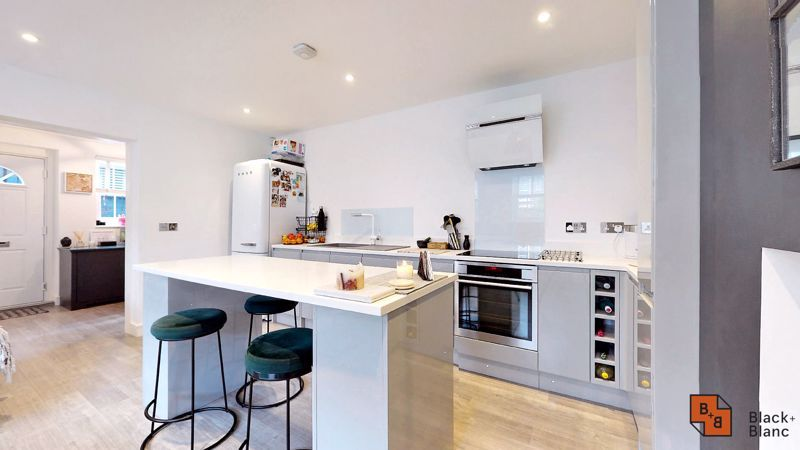 2 bed flat for sale in Outram Road 4