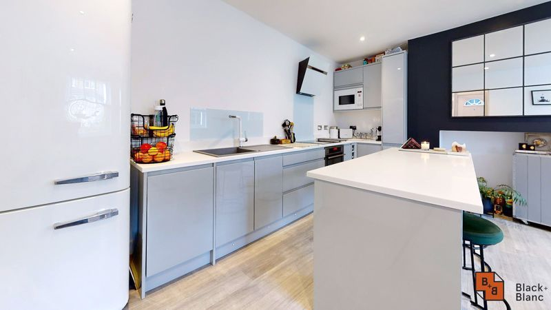 2 bed flat for sale in Outram Road 5