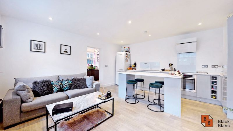 2 bed flat for sale in Outram Road 6