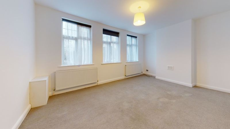 3 bed flat to rent in Ravenswood Crescent, BR4