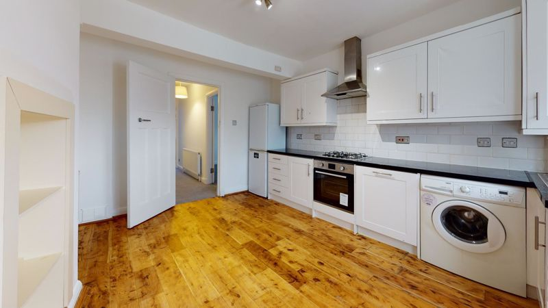 3 bed flat to rent in Ravenswood Crescent 6
