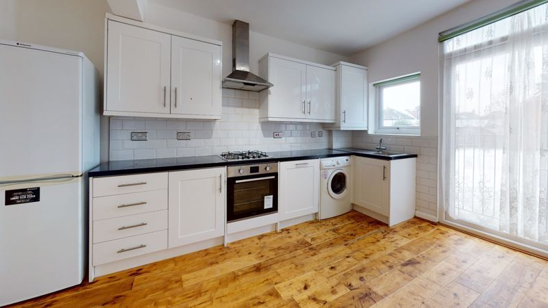 3 bed flat to rent in Ravenswood Crescent 7
