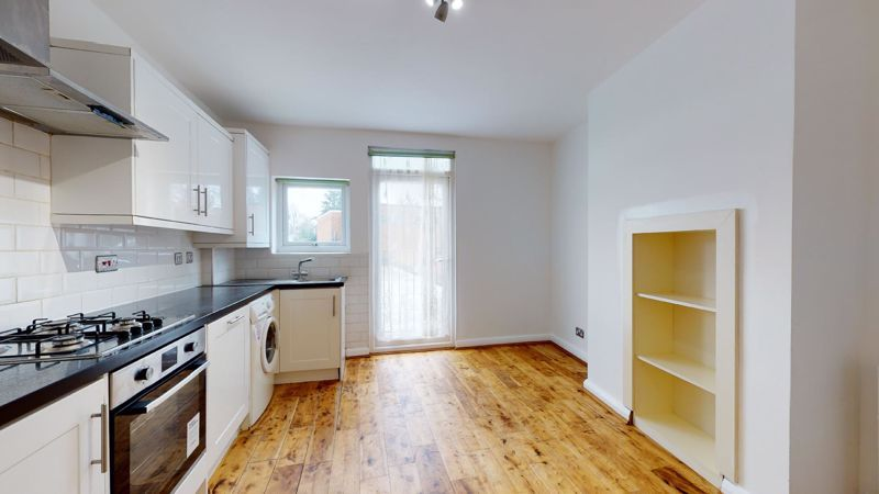 3 bed flat to rent in Ravenswood Crescent 8