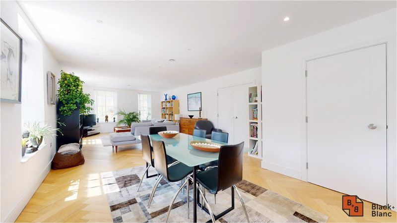 2 bed flat for sale in West Common Road 1