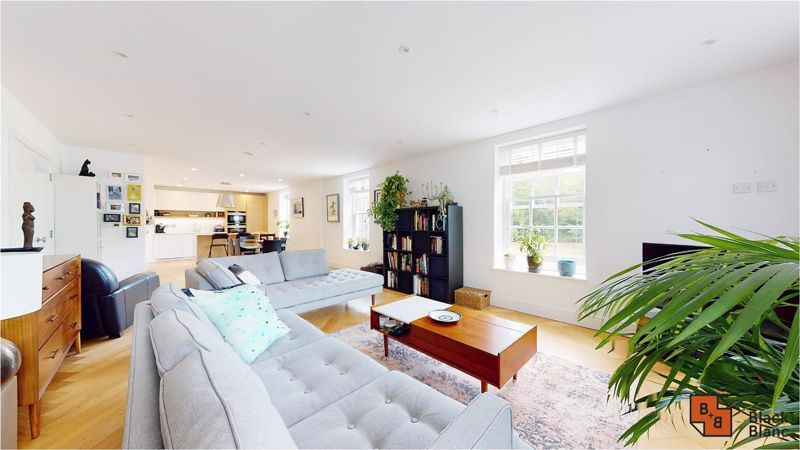 2 bed flat for sale in West Common Road  - Property Image 4