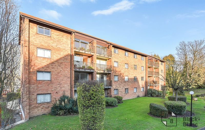 3 bed flat to rent in Campion Close, CR0