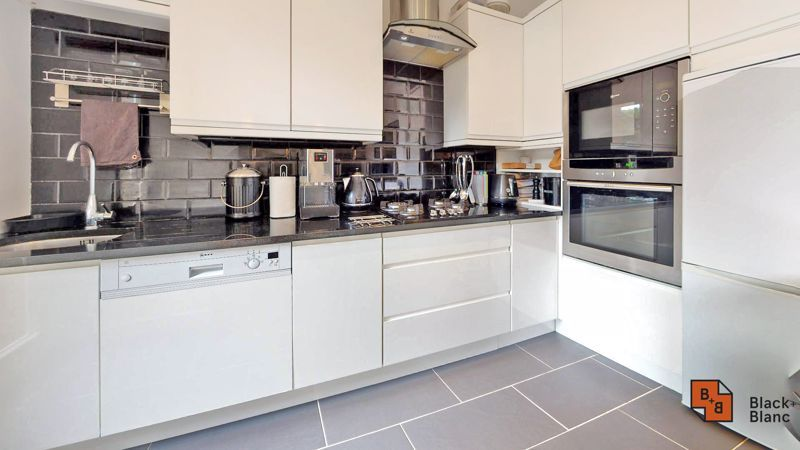 2 bed flat for sale in Park Lane  - Property Image 4