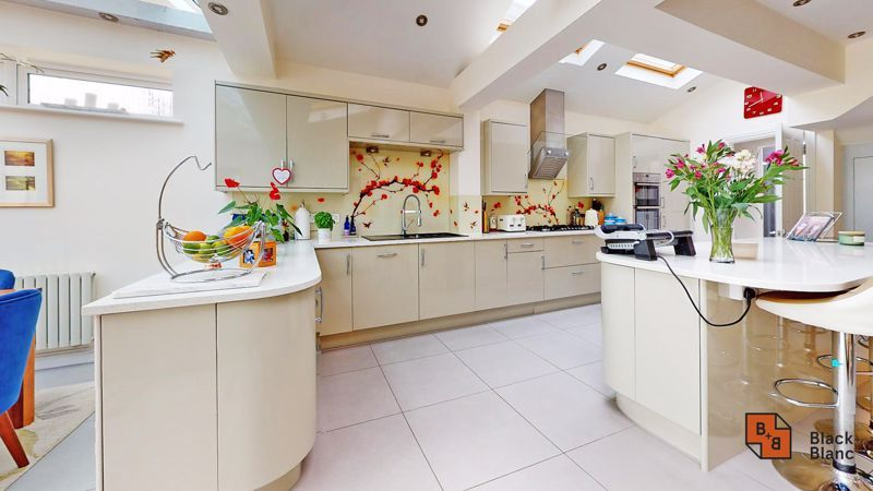 3 bed house for sale in Graham Close 8