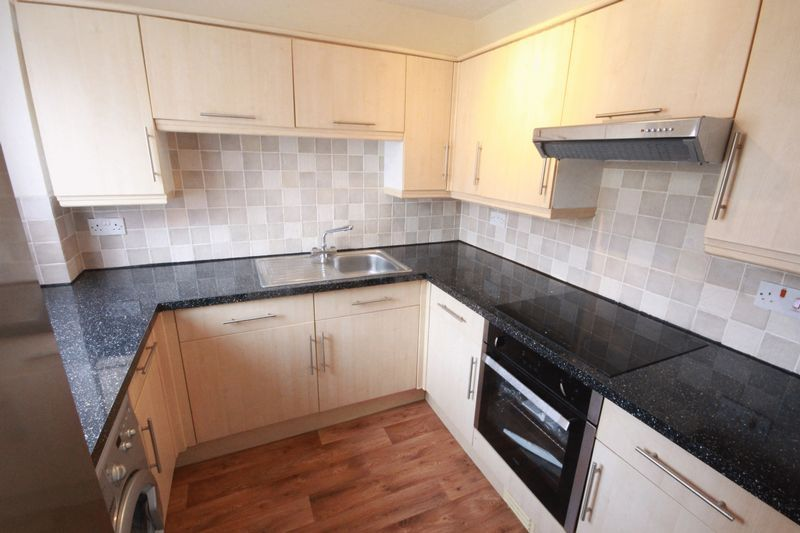 2 bed flat to rent in Davies Close, CR0