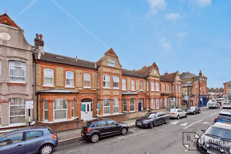 3 bed flat for sale in Dafforne Road, SW17