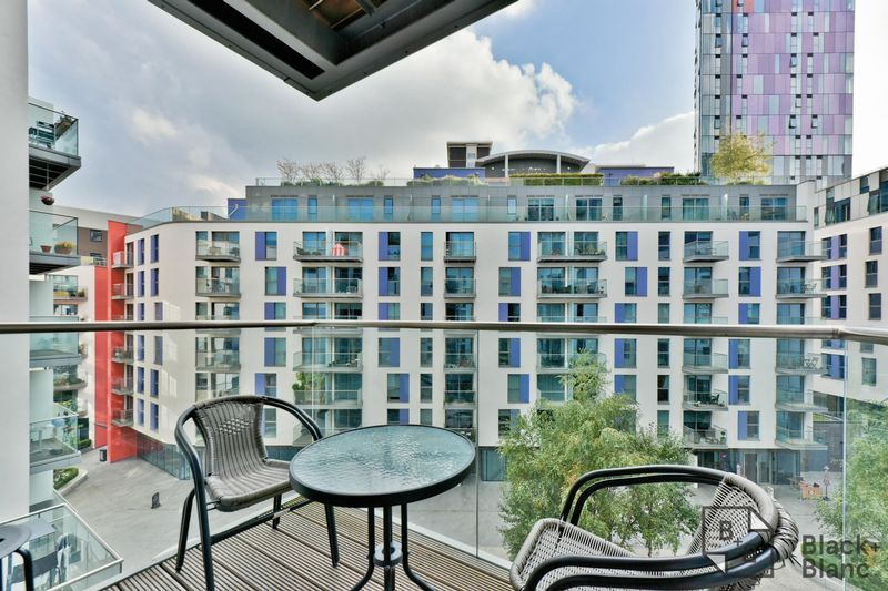 2 bed flat for sale in Saffron Central Square 7