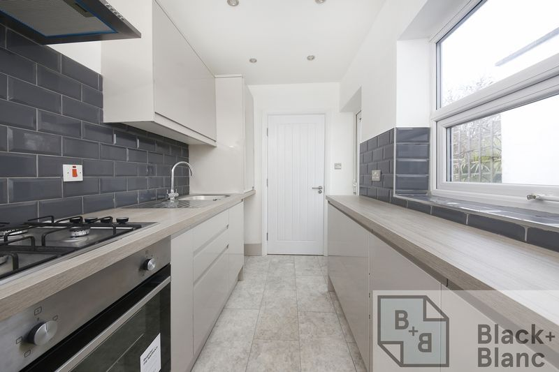 2 bed house to rent in Oval Road - Property Image 1