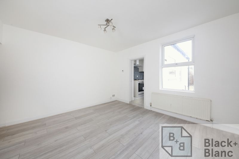 2 bed house to rent in Oval Road 3