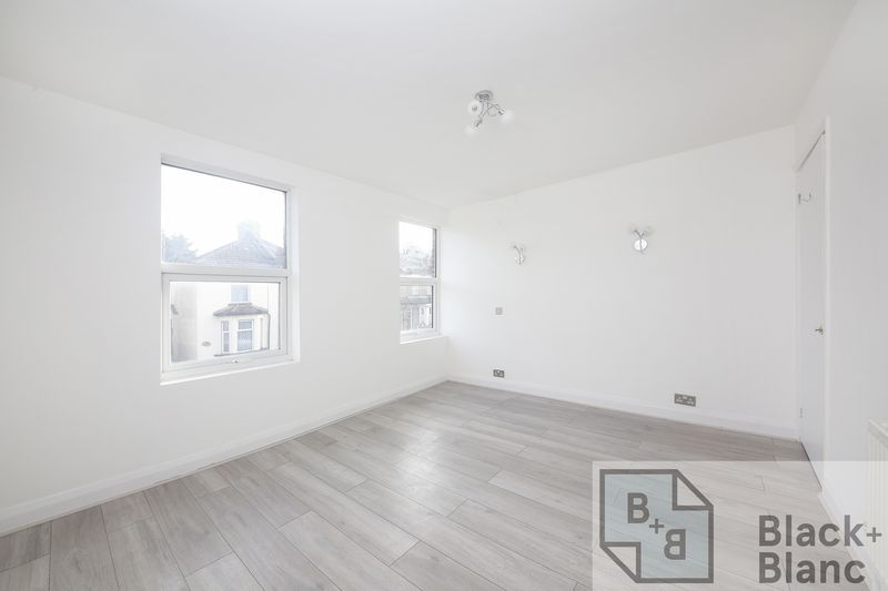 2 bed house to rent in Oval Road 5