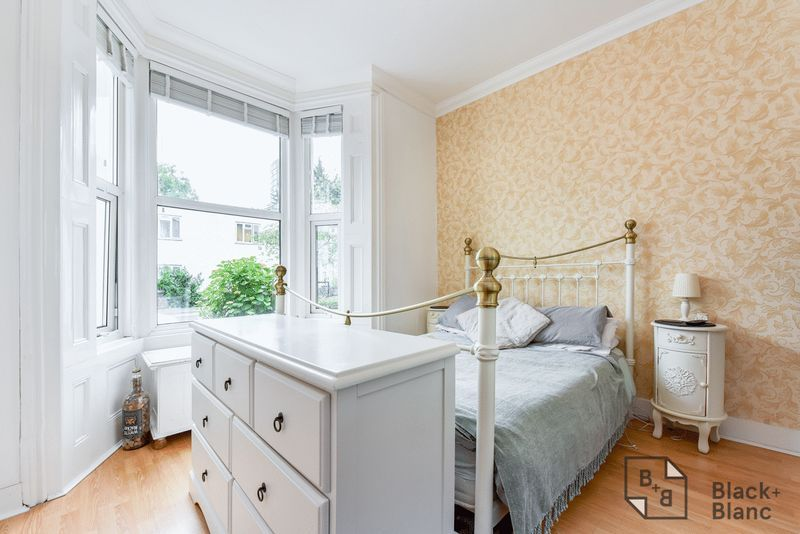 1 bed flat for sale in Thornhill Road  - Property Image 2