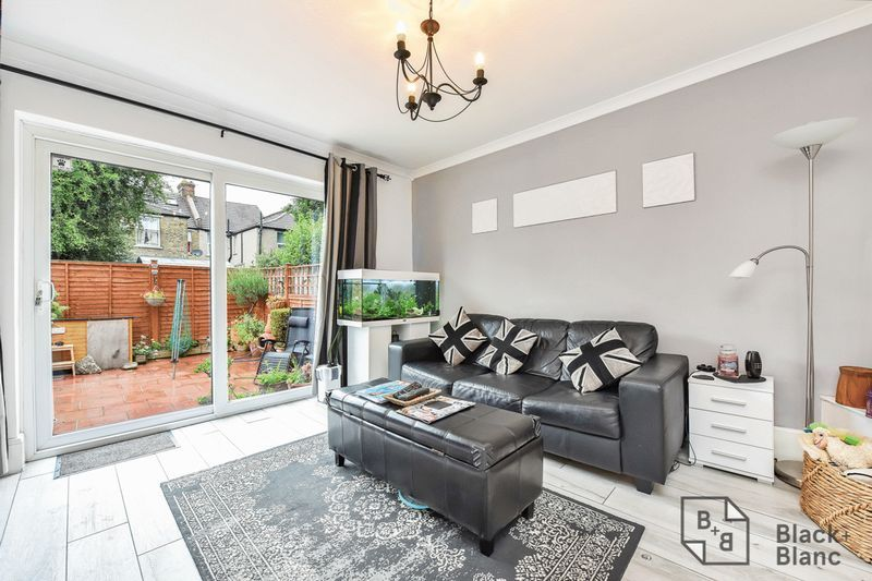 1 bed flat for sale in Thornhill Road 3