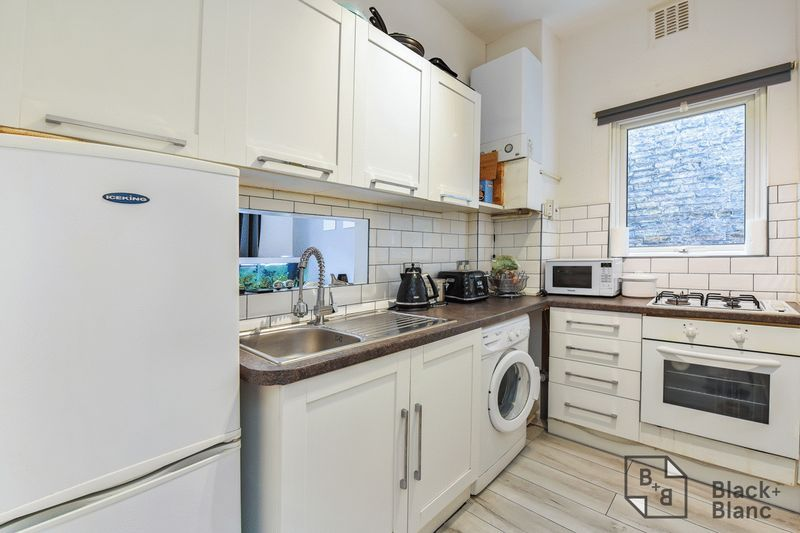 1 bed flat for sale in Thornhill Road 4