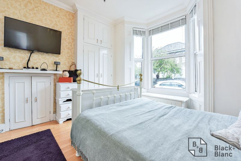 1 bed flat for sale in Thornhill Road 7