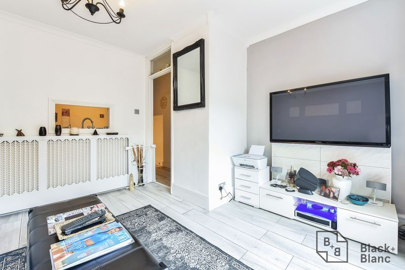 1 bed flat for sale in Thornhill Road 8