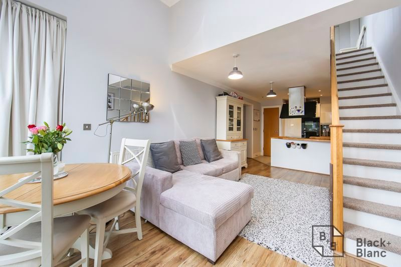 2 bed flat for sale in Leslie Park Road 1