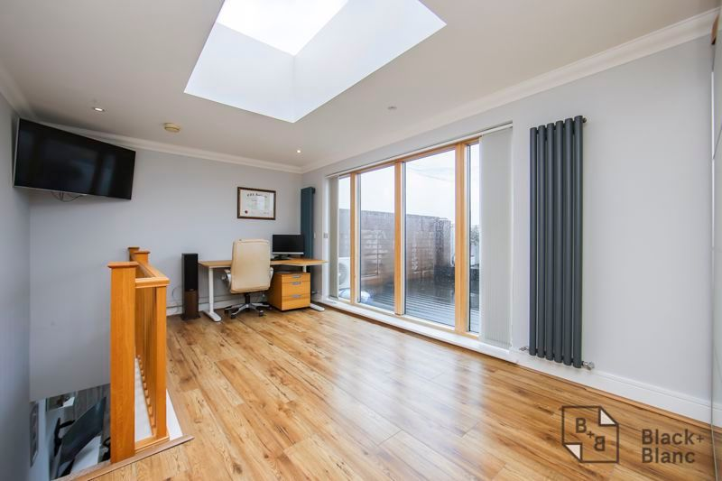 2 bed flat for sale in Leslie Park Road 6