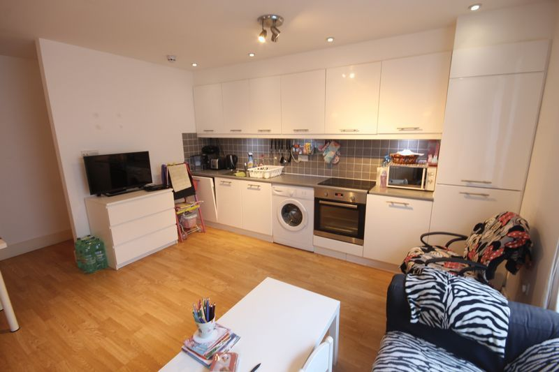 2 bed flat to rent in 78 Sumner Road  - Property Image 5