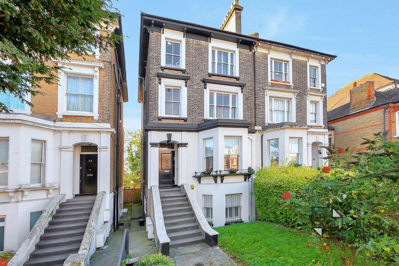 2 bed flat to rent in Thurlow Park Road, SE21