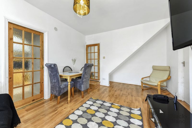2 bed flat for sale in Hurlstone Road  - Property Image 3