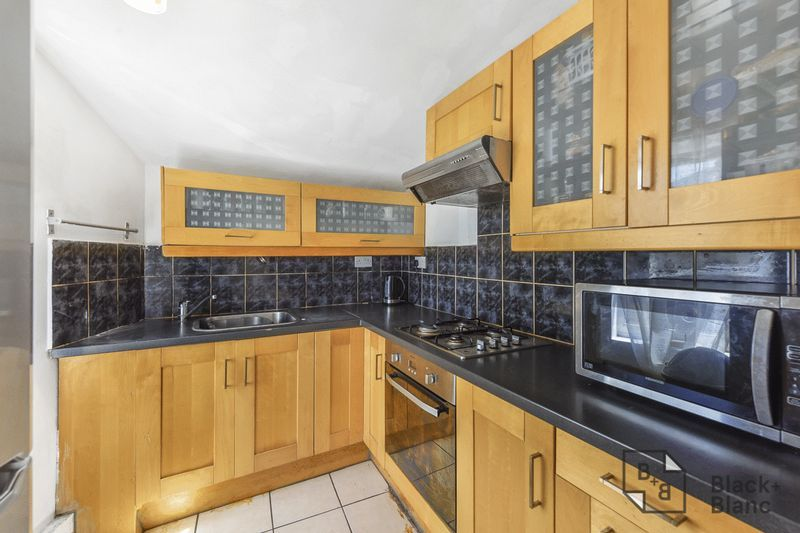2 bed flat for sale in Hurlstone Road 4