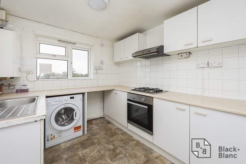 2 bed flat for sale in Lodge Lane 3