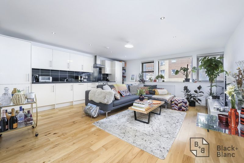 2 bed flat for sale in London Road 1