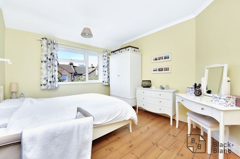 3 bed house for sale in Addiscombe Court Road 6