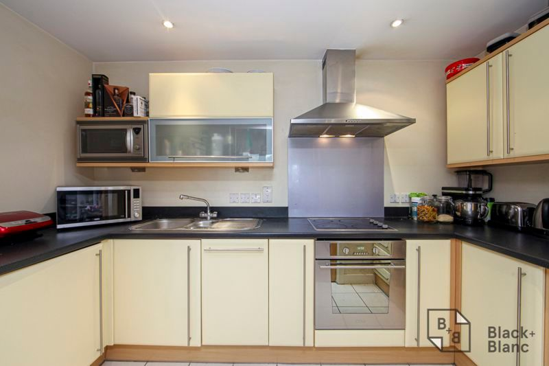 1 bed flat for sale in 82 Park Lane 3