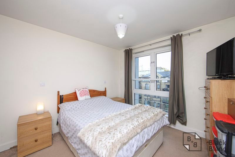 1 bed flat for sale in 82 Park Lane 4